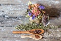 Φασόλια καφέ και ξύλινος στοκ εικόνα με δικαίωμα ελεύθερης χρήσης