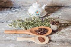 Φασόλια καφέ και ξύλινος στοκ φωτογραφία