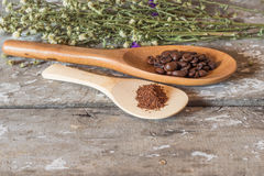 Φασόλια καφέ και ξύλινος στοκ φωτογραφία με δικαίωμα ελεύθερης χρήσης
