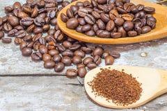 Φασόλια καφέ και ξύλινος στοκ εικόνες με δικαίωμα ελεύθερης χρήσης