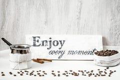 Φασόλια καφέ και στάμνα για την κατασκευή του καφέ Στοκ εικόνα με δικαίωμα ελεύθερης χρήσης
