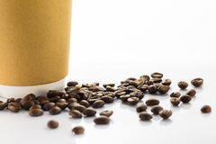 Φασόλια καφέ και φλυτζάνι εγγράφου Στοκ Εικόνες