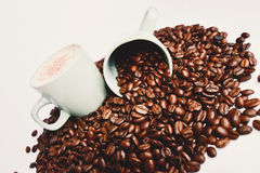 Φασόλια καφέ και φλυτζάνι καφέ Στοκ Εικόνα