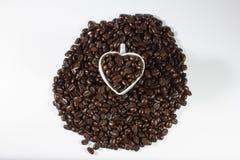 Φασόλια καφέ και φλυτζάνι στοκ εικόνες