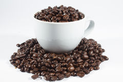 Φασόλια καφέ και φλυτζάνι στοκ φωτογραφίες