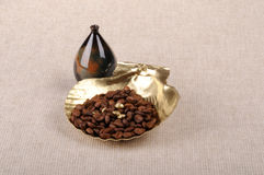 Φασόλια καφέ και χρυσό κοχύλι Στοκ φωτογραφία με δικαίωμα ελεύθερης χρήσης