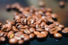Φασόλια καφέ, μαύρος καφές Στοκ Φωτογραφίες