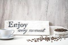 Φασόλια καφέ με το φλιτζάνι του καφέ Στοκ εικόνες με δικαίωμα ελεύθερης χρήσης