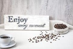 Φασόλια καφέ με το φλιτζάνι του καφέ Στοκ Φωτογραφία