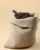 Φασόλια καφέ που ανατρέπονται από την τσάντα Στοκ Εικόνες