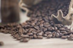 Φασόλια καφέ που ανατρέπονται από την τσάντα Στοκ φωτογραφία με δικαίωμα ελεύθερης χρήσης