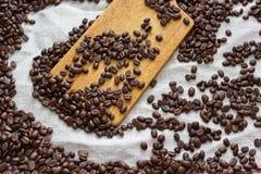 Φασόλια καφέ που βρίσκονται στο λινάρι Στοκ Εικόνες