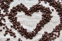 Φασόλια καφέ που διαμορφώνονται στην καρδιά Στοκ Εικόνες