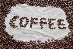 Φασόλια καφέ που διαμορφώνονται στον καφέ λέξης Στοκ Εικόνα