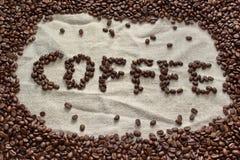 Φασόλια καφέ που διαμορφώνονται στον καφέ λέξης Στοκ Εικόνες