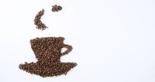 Φασόλια καφέ που διαμορφώνουν τη μορφή φλυτζανιών και πιατακιών απόθεμα βίντεο