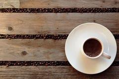 Φασόλια καφέ που διασκορπίζονται μεταξύ slats Στοκ Φωτογραφίες