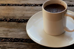 Φασόλια καφέ που διασκορπίζονται μεταξύ slats Στοκ εικόνα με δικαίωμα ελεύθερης χρήσης