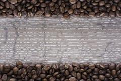 Φασόλια καφέ σε έναν πίνακα Στοκ φωτογραφία με δικαίωμα ελεύθερης χρήσης