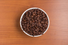Φασόλια καφέ σε ένα κύπελλο Arabica Coffea Στοκ εικόνα με δικαίωμα ελεύθερης χρήσης