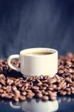 Φασόλια καφέ σε ένα μαύρο υπόβαθρο καφές φασολιών ακατέργασ Κοκκιώδες προϊόν ποτό ζεστό κλείστε επάνω συγκομιδή Φυσική ανασκόπηση Στοκ Εικόνα