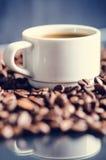 Φασόλια καφέ σε ένα μαύρο υπόβαθρο καφές φασολιών ακατέργασ Κοκκιώδες προϊόν ποτό ζεστό κλείστε επάνω συγκομιδή Φυσική ανασκόπηση Στοκ εικόνα με δικαίωμα ελεύθερης χρήσης