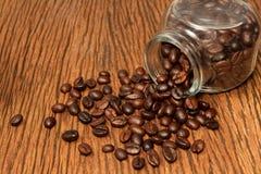 Φασόλια καφέ σε ένα μπουκάλι Στοκ φωτογραφία με δικαίωμα ελεύθερης χρήσης