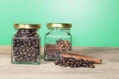 Φασόλια καφέ σε ένα μπουκάλι Στοκ εικόνα με δικαίωμα ελεύθερης χρήσης