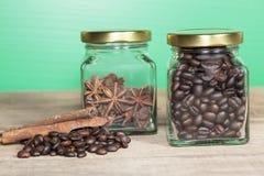 Φασόλια καφέ σε ένα μπουκάλι Στοκ Φωτογραφία