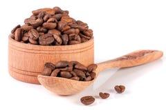 Φασόλια καφέ σε ένα ξύλινο κύπελλο με τη σέσουλα που απομονώνεται στο άσπρο υπόβαθρο Στοκ εικόνες με δικαίωμα ελεύθερης χρήσης