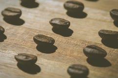 Φασόλια καφέ σε ένα σχέδιο Στοκ φωτογραφίες με δικαίωμα ελεύθερης χρήσης