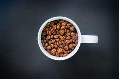 Φασόλια καφέ σε ένα φλυτζάνι Στοκ εικόνες με δικαίωμα ελεύθερης χρήσης