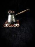 Φασόλια καφέ σε ένα cezve με το ασυνήθιστο φίλτρο Στοκ Φωτογραφία