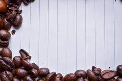 Φασόλια καφέ σε χαρτί για τις σημειώσεις Στοκ Εικόνα