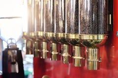 Φασόλια καφέ στα βάζα γυαλιού πεδίο βάθους ρηχό Στοκ εικόνα με δικαίωμα ελεύθερης χρήσης