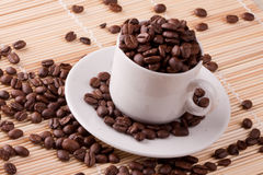 φασόλια καφέ στα φλυτζάνια καφέ Στοκ φωτογραφία με δικαίωμα ελεύθερης χρήσης