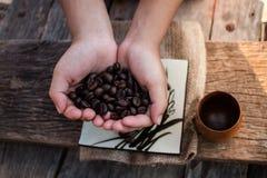 Φασόλια καφέ στα χέρια των παιδιών Στοκ εικόνα με δικαίωμα ελεύθερης χρήσης