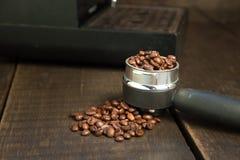 Φασόλια καφέ στην ταμπλέτα καφέ Τρόπος ζωής Stil Στοκ Εικόνες