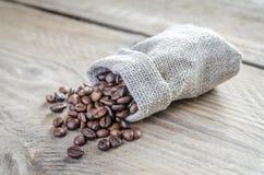 Φασόλια καφέ στη sackcloth τσάντα Στοκ φωτογραφία με δικαίωμα ελεύθερης χρήσης