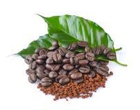 Φασόλια καφέ, στιγμιαίος καφές και φύλλα στοκ εικόνα με δικαίωμα ελεύθερης χρήσης