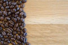 Φασόλια καφέ στον ξύλινο πίνακα Στοκ Εικόνες