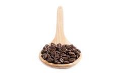 Φασόλια καφέ στο ξύλινο κουτάλι Στοκ Φωτογραφίες