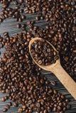 Φασόλια καφέ στο ξύλινο κουτάλι Στοκ Εικόνα
