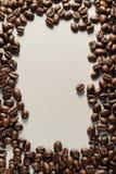 Φασόλια καφέ στο ουδέτερο γκρίζο υπόβαθρο σκοτεινό roast καφέ στοκ εικόνες