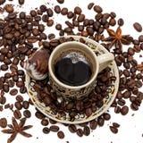 Φασόλια καφέ στο φλυτζάνι καφέ που απομονώνεται στο λευκό στοκ εικόνα με δικαίωμα ελεύθερης χρήσης