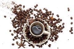 Φασόλια καφέ στο φλυτζάνι καφέ που απομονώνεται στο λευκό στοκ εικόνες με δικαίωμα ελεύθερης χρήσης