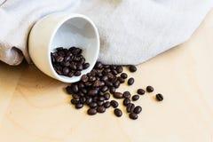 Φασόλια καφέ στο φλυτζάνι καφέ Στοκ Φωτογραφία