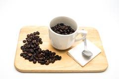 Φασόλια καφέ στο φλυτζάνι Στοκ φωτογραφία με δικαίωμα ελεύθερης χρήσης