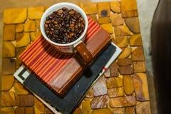 Φασόλια καφέ στο φλυτζάνι Στοκ Εικόνες