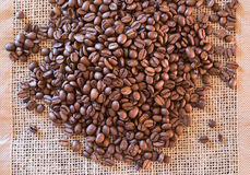 Φασόλια καφέ στο χαλί ιστού Στοκ Εικόνα
